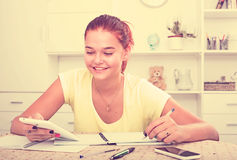 Escritura sonriente de la muchacha Imagenes de archivo