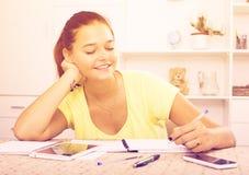 Escritura sonriente de la muchacha Fotografía de archivo