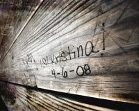 Escritura tallada del amor en la madera Imagen de archivo libre de regalías