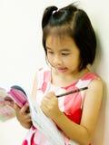 Escritura y lectura de la chica joven imagenes de archivo