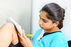 Escritura y lectura del niño de la niña fotos de archivo