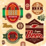 Escrituras de la etiqueta, divisas e iconos de la cerveza fijados. Imagen de archivo