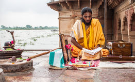 Escrituras de la lectura de Sadhu fotografía de archivo