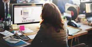Escroquerie en ligne travaillante de communication de bureau de service client de soutien Photographie stock libre de droits