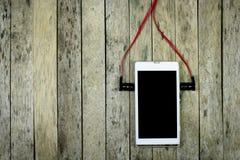 Escucha la música del teléfono elegante Foto de archivo libre de regalías
