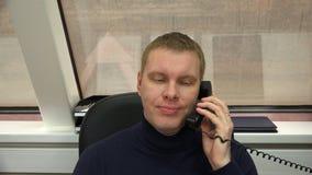 Escuche el interlocutor por el teléfono y responda a la información metrajes