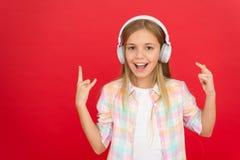 Escuche la música Belleza y moda el pequeño niño escucha ebook, educación Felicidad de la niñez Jugador Mp3 [1] El día de los niñ imagen de archivo libre de regalías