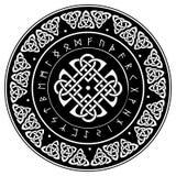 Escudo céltico, adornado con un modelo europeo antiguo y runas escandinavas fotos de archivo