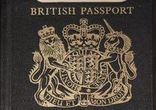 Escudo de armas británico en un pasaporte Imágenes de archivo libres de regalías
