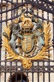 Escudo de armas de oro real en la puerta principal del Buckingham Palace Fotografía de archivo libre de regalías