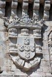 Escudo de armas de rey Manuel I en la torre de Belem fotos de archivo