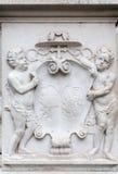 Escudo de armas en la pared, catedral de Salzburg, Austria Foto de archivo