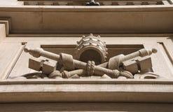 Escudo de armas en una pared del edificio en el Vaticano Ventanas viejas hermosas en Roma (Italia) Imágenes de archivo libres de regalías