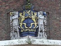 Escudo de armas holandés en la comisaría de policía anterior en Steenwijk ilustración del vector