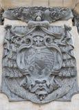 Escudo de armas inmaculado de la columna cerca de Dom de Salzburg, Austria Foto de archivo