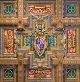 Escudo de armas de papa Pío IX en la basílica de Santa Maria en Trastevere en Roma, Italia fotos de archivo