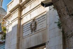 Escudo de armas sobre la entrada a la iglesia de la condenación y de la imposición de la cruz cerca de Lion Gate en Jerusalén, Is fotografía de archivo