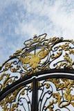 Escudo de armas viejo del imperio ruso en la puerta Fotos de archivo