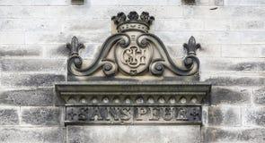 Escudo de armas viejo en el castillo Imagen de archivo