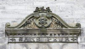 Escudo de armas viejo en el castillo Imagen de archivo libre de regalías