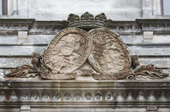 Escudo de armas viejo en el castillo Fotos de archivo
