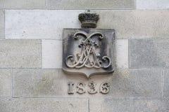 Escudo de armas viejo 1836 en el castillo Fotos de archivo