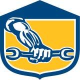 Escudo de Hand Holding Spanner del mecánico retro libre illustration