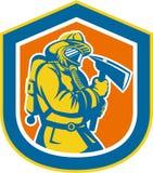 Escudo de Holding Fire Axe del bombero del bombero ilustración del vector