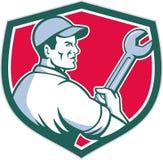 Escudo de Holding Monkey Wrench del mecánico retro ilustración del vector