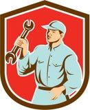 Escudo de Holding Spanner Wrench del mecánico retro libre illustration