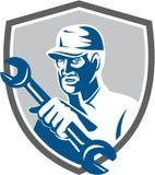 Escudo de Holding Spanner Wrench del mecánico retro ilustración del vector