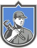 Escudo de Holding Wrench Woodcut del fontanero stock de ilustración