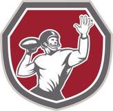 Escudo de la bola del tiro del estratega del fútbol americano retro Fotos de archivo libres de regalías