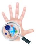 Escudo de mano de la lupa del virus de las bacterias Fotografía de archivo