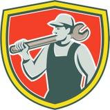 Escudo de Worker Holding Spanner del mecánico retro libre illustration