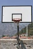 Escudo del baloncesto en la tierra de deportes Imágenes de archivo libres de regalías