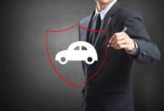 Escudo del dibujo del hombre de negocios que protege el coche auto Fotografía de archivo libre de regalías