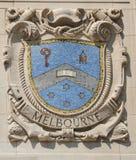 Escudo del mosaico de la ciudad de puerto renombrada Melbourne en la fachada de las líneas pacíficas construcción de Estados Unid imágenes de archivo libres de regalías