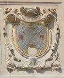Escudo del mosaico de la ciudad de puerto renombrada Nueva York en la fachada de las líneas pacíficas construcción de Estados Uni imagen de archivo