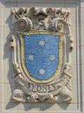 Escudo del mosaico de la ciudad de puerto renombrada Sydney en la fachada de las líneas pacíficas construcción de Estados Unidos  Imagen de archivo