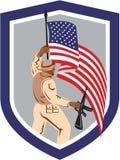 Escudo del rifle de la bandera de Military Serviceman Holding del soldado Foto de archivo