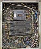 Escudo eléctrico, cableado eléctrico de la mal calidad retro imágenes de archivo libres de regalías