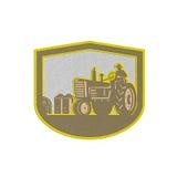 Escudo metálico de la granja de Driving Tractor Plowing del granjero retro libre illustration