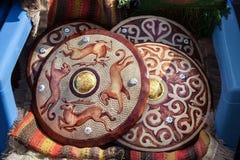 Escudos étnicos en el mercado imagen de archivo libre de regalías
