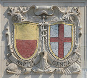 Escudos del mosaico de las ciudades de puerto renombradas Nápoles y Génova en la fachada de las líneas pacíficas construcción de  Foto de archivo libre de regalías