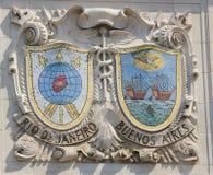 Escudos del mosaico de las ciudades de puerto renombradas Rio de Janeiro y Buenos Aires en la fachada de las líneas de Estados Un Foto de archivo libre de regalías