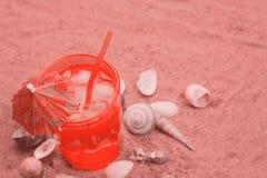 Escudos do cocktail e do mar em uma areia beachtoned fotos de stock