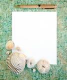 Escudos do mar com papel e pena de nota imagem de stock
