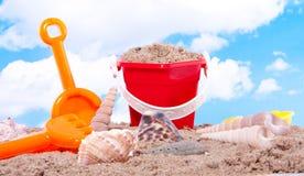Escudos e brinquedos plásticos da praia fotografia de stock royalty free