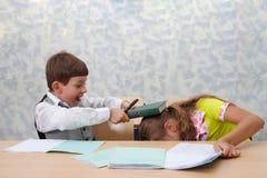 Escuela. ¡Lucha en la lección! Fotos de archivo libres de regalías